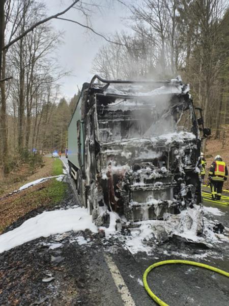 Voll ausgebranntes Führerhaus des Sattelzuges