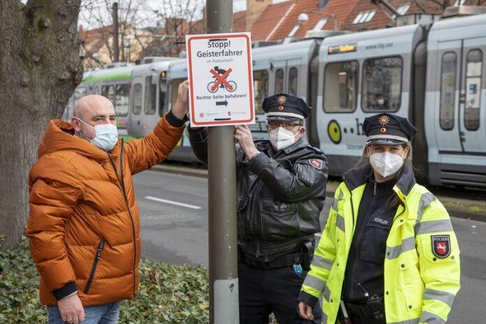 Bringen die ersten Hinweise an: (vo.li.), Ordnungsamtsleiter Boris Ehrhardt, Kontaktbeamter Dirk Schell und Verkehrssicherheitsberaterin Stefanie Eckler.