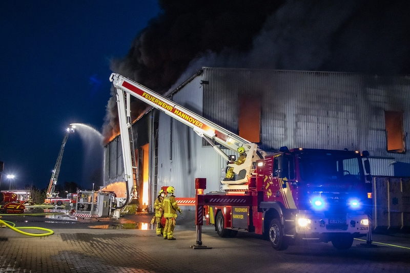 Lagerhalle brennt