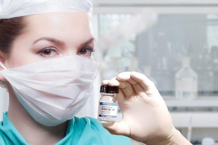 Krankenschwester mit Impfstoff