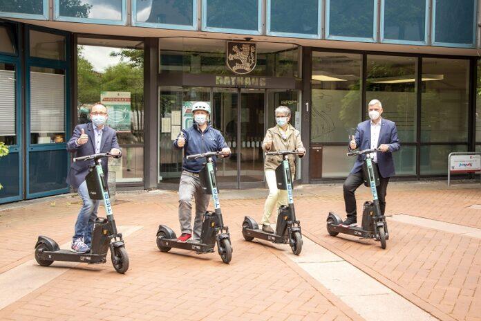 René Glembotzky (CDO Stadt Langenhagen), Markus Ries (TIER Mobility GmbH), Christine Pfülb (Klimaschutzmanagerin Stadt Langenhagen) und Bürgermeister Mirko Heuer.