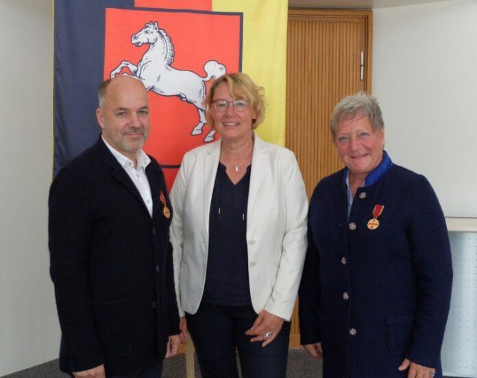 Den Geschwistern Gabriele und Bernhard Mutsaers wurde von Agrarministerin Barbara Otte-Kinast (Mitte) der Verdienstorden der Bundesrepublik Deutschland verliehen.