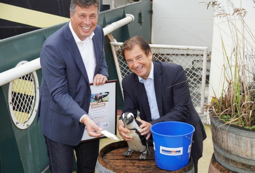 Andreas M. Casdorff und Dr. Voker Schmidt mit Patenpinguin Petra