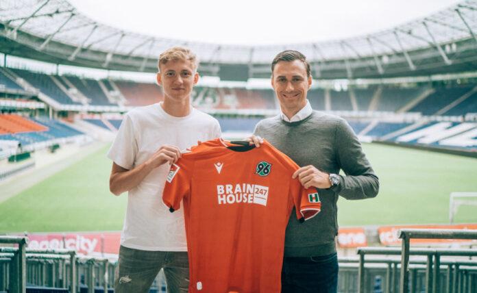 Neuzugang Maximilian Beier (l.) mit 96-Sportdirektor Marcus Mann in der HDI Arena.