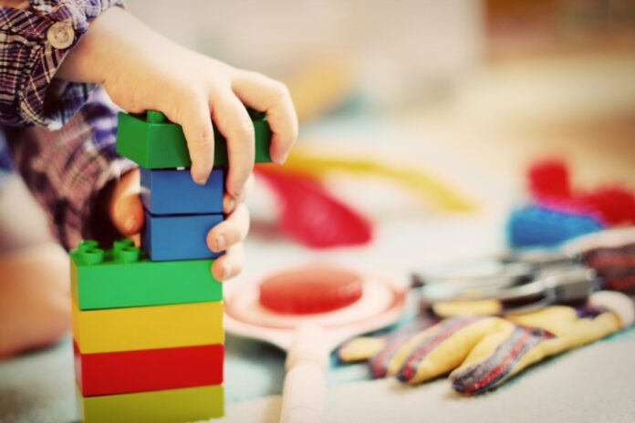 Kinderhände mit Bausteinen