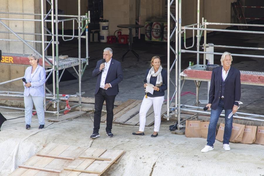 Petra Adolf (von links), Mirko Heuer, Eva Bender und Carsten Hettwer sprechen beim Richtfest.