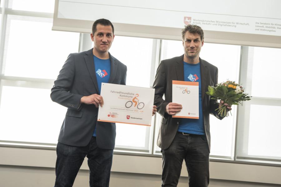 Die Radverkehrsplaner Peter Aßmann und Daniel Martin nahmen die Auszeichnung für die LHH entgegen.