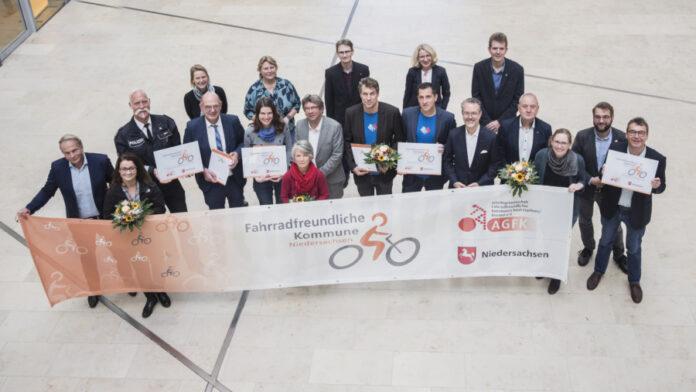 """Neben der LHH erhielten noch drei weitere Kommunen die Rezertifizierung als """"Fahrradfreundliche Kommune Niedersachsen"""" durch das niedersächsische Ministerium für Wirtschaft, Arbeit und Verkehr und die AGFK."""