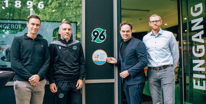 96-Sportdirektor Marcus Mann, Cheftrainer Jan Zimmermann, Geschäftsführer Robert Schäfer und Moritz Meyer von der Kinderschutzallianz.