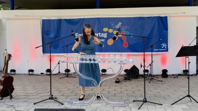 Susanne Würmell spielte Glasharfe