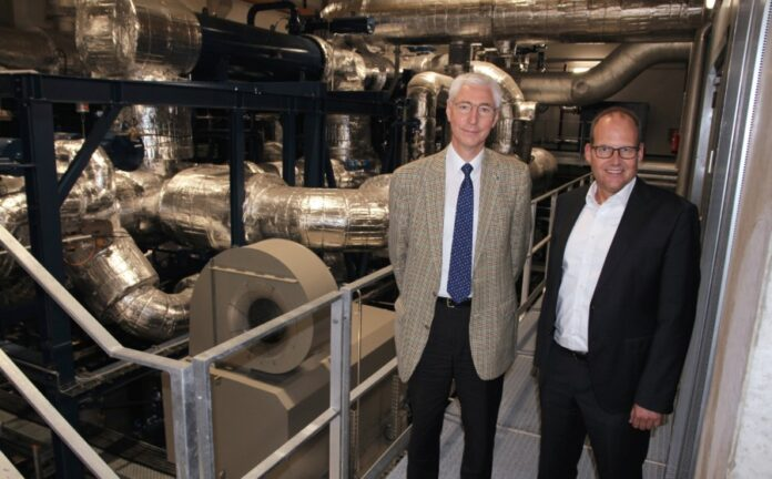 Prof. Dr.-Ing Jörg Seume, Leiter des Instituts für Turbomaschinen und Fluid-Dynamik (TFD) der Leibniz Universität Hannover und Ulf-Birger Franz, Wirtschaftsdezernent der Region Hannover
