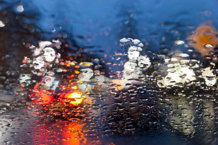 Autolichter im Regen