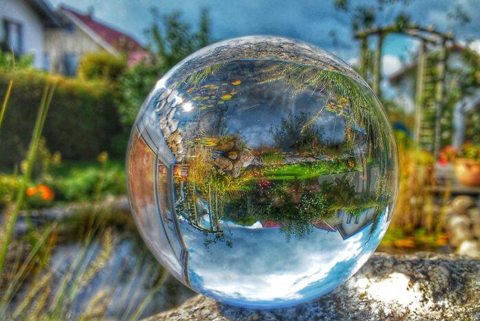 Garten durch Glaskugel